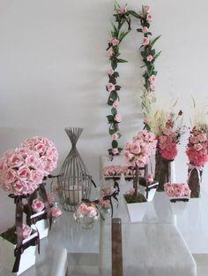 lindo kit marrom & rosas, kit composto por 18 itens:  7 velas flutuantes com margaridinhas e mini rosas em eva; mede7x7   Duo de arranjo de flores secas e desidratadas juntamente como mini rosas em e.v.a. em um tronco seco do serrado! Lindo e original; cada arranho 7 x45 cm.alt.  3 vasinhos com 6 rosas em e.v.a.em cada vaso branco em MDF  2 topiaras G com 32 rosas em e.v.a. cada topiara, vaso branco MDF ,mede 12x40 cm.Alt.  2 topiaras M 12 rosas cada vaso mede12x3 cm.alt.  2 hastes de rosa…
