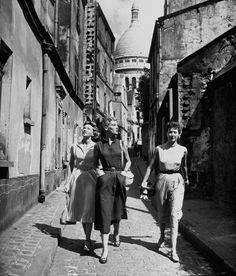 legrandcirque: American models out for a stroll. Photograph by Dmitri Kessel. Paris, 1949.