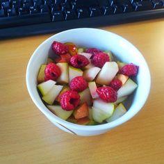 Hinter den 7Bergen gabs zum Frühstück Haferschleim mit Haselnussmilch und eine große Portion Obst.