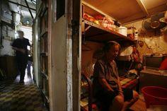 Hong kong, terdapat apartemen yang seluas sekitar 50 meter, terdiri dari 19 unit kamar. Dan masing-masing kamar kurang lebih hanya berukuran 2 meter persegi. Foto: Reuters/Bobby Yi