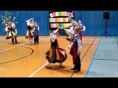 Uczniowie tańczą polkę