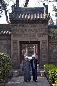 Day 6Zodra je de Grote Moskee van Xi'an ziet weet je dat hij anders is dan alle andere moskees. Dit is een typisch Chinees gebouw, waarbij hooguit enkele Arabische invloeden te zien zijn. Zoals teksten en het gebruik van minaretten.