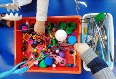 Ce jeu qui permet de travailler la motricité fine en maternelle consiste à attraper toute sorte d'objets à l'aide de différentes pinces: pinces à escargots..