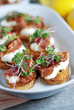 Prosciutto Crostini: These quick crostini feature crispy prosciutto, creamy burrata, and a simple lemon honey drizzle sauce. These quick crostini feature crispy prosciutto, creamy burrata, and a simple lemon honey drizzle sauce. Crostini, Tasty, Yummy Food, Yummy Drinks, Snacks Für Party, Party Drinks, Keto Snacks, Appetisers, Appetizer Recipes