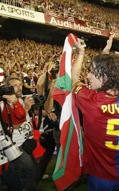 Puyol con una ikurriña agradece el apoyo de la afición del Athletic por su comportamiento ejemplar.Final de la Copa del Rey Athletic Bilbao-...