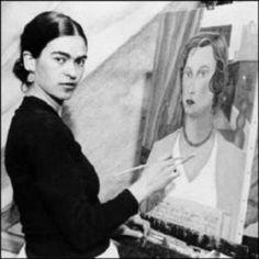 Frida Kahlo (1907-1954): pintora mexicana cuya vida estuvo marcada por el sufrimiento físico que comenzó con la poliomielitis (1913) y continuó con diversas enfermedades, lesiones, accidentes y operaciones. Sobreponiéndose a la adversidad y gracias a su fuerte personalidad comenzó a pintar en 1926, consiguiendo en tan sólo 15 años el reconocimiento mundial de su obra, con un particular estilo que combinaba su México natal con fuertes influencias de pintores europeos.
