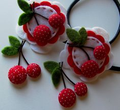 Make cherries with fabric covered buttons :) imanes refricherries - remind me of Mary EngelbreitAdorable - could use circles of felt with little white stitches for a Cute Homemade Felt Christmas Ornament Crafts To Trim The TreeCherries, Grea Christmas Ornament Crafts, Felt Ornaments, Ornament Tree, Felt Flowers, Fabric Flowers, Felt Crafts, Diy And Crafts, Felt Food, Felt Brooch