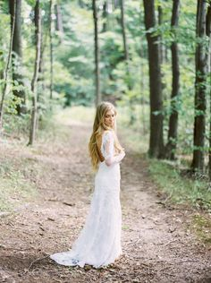 Tendance Robe du mariage For a rustic wedding: www.stylemepretty Photography: Andrew Mark andrewmark Tendance Robe du mariage Description For a rustic wedding: www. Country Wedding Dresses, Wedding Dresses Plus Size, Best Wedding Dresses, Designer Wedding Dresses, Wedding Gowns, Wedding Bells, Wedding Venues, Woodland Wedding, Rustic Wedding