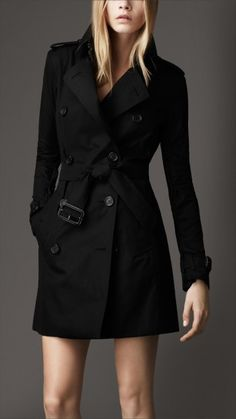 Claire Underwood wears a Burberry Mid-Length Cotton Trench Coat on House of Cards