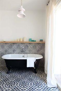 Like having the TILE run up the WALL finishing with a wooden SHELF - Salle de bains vintage avec baignoire ancienne et carreaux de ciment. Bad Inspiration, Bathroom Inspiration, Bathroom Ideas, Bathroom Niche, Bathroom Layout, Bathroom Interior, Home Interior, Bathroom Gray, Bathroom Remodeling