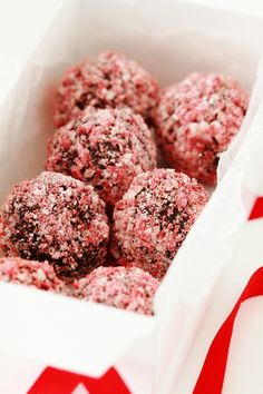 Desserts Peppermint Crunch Truffles: 11 oz dark chocolate cacao) 8 tablespoon heavy cream 1 ½ cups of crushed Peppermint Andes Köstliche Desserts, Delicious Desserts, Yummy Food, Plated Desserts, Holiday Baking, Christmas Baking, Holiday Treats, Holiday Recipes, Holiday Candy