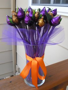 bouquet made out of individual, hersey chocolate kisses :) Chocolate Navidad, Chocolate Gifts, Chocolate Kisses, Candy Arrangements, Candy Centerpieces, Candy Trees, Candy Flowers, Craft Gifts, Diy Gifts