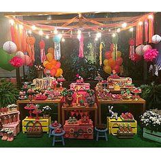 Festa linda e colorida com tema Floresta Encantada! Adorei tudo! As fitas e as luzinhas penduradas ficaram demais, super charmosa! Por @namoitta #kikidsparty