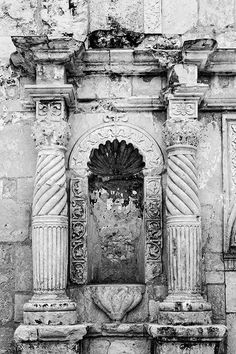 Black and white architectural detail photograph of the carved stone columns on the front of the world-famous Alamo. Ancient Buildings, Famous Buildings, Famous Landmarks, Historical Artifacts, Historical Photos, Alamo San Antonio, Stone Columns, Oregon Trail, Or Mat