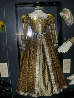 Mary Queen of Scots gown with accessories, ca. 1580 Photo: On display at Stirling Castle Mary Queen Of Scots, Queen Mary, Rainha Mary Stuart, Historical Costume, Historical Clothing, Mode Renaissance, Renaissance Clothing, Vintage Outfits, Vintage Clothing