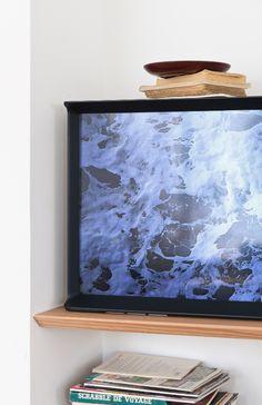 """""""L'idée était de ne pas se limiter à un matériau ou une forme unique, mais le défi était de faire en sorte que chaque détail et élément composant le téléviseur se fonde harmonieusement avec le reste."""" Ronan & Erwan Bouroullec. #SerifTV #Design #Bouroullec #Home #TV #Deco #Designer #Home #FrenchDesigner #Samsung"""