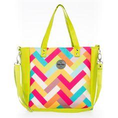 ♥ Torba w fasonie kwadratowym, wykonana z kolorowej tkaniny. Boki torby zbudowane zostały z jaskrawo-zielonej eko-skóry. Wewnątrz znajduje się wytrzymała podszewka w kolorze fuksji, a w niej trzy...