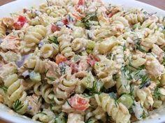 Herkullinen pastasalaatti syntyy Fusilli-kierrepastasta, lämminsavulohesta, ananaksesta, paprikasta, punasipulista, tillistä j... Veggie Recipes, Vegetarian Recipes, Cooking Recipes, Healthy Recipes, Good Food, Yummy Food, Easy Delicious Recipes, Recipes From Heaven, Pasta Salad