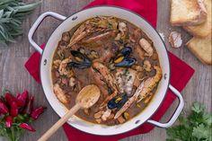 Il cacciucco, tipico piatto della cucina livornese, è una delle più celebri varianti delle zuppe di pesce regionali: chi l'assaggia ne rimane rapito