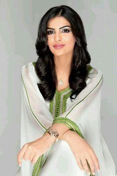 La princesse saoudienne Ameerah Al-Taweel sublimée par le caftan marocain Arab Fashion, Royal Fashion, African Fashion, Womens Fashion, Muslim Fashion, Ladies Fashion, Estilo Abaya, Abaya Style, Beautiful Arab Women
