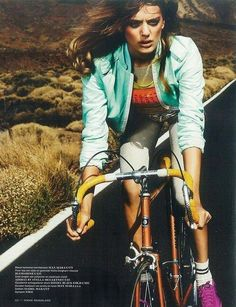 Vogue Nederland: Fashion, Beauty, Celebrity, Cultuur en Fashion Shows. Cycle Chic, Buy Bike, Bike Run, Sport Editorial, Editorial Fashion, Female Cyclist, Vogue, Road Bike Women, Bicycle Maintenance