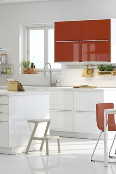 Create a focal point and add a little zest to a white kitchen! With the IKEA SEKTION range of accent doors, like these JÄRSTA orange high-gloss, you can add a splash of color wherever you'd like. They're also an easy way to renew your kitchen when you feel like a change.