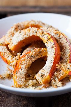 Gerösteter Kürbis mit Parmesan-Knusperkruste Roasted pumpkin with Parmesan crispy crust. You only need a handful of ingredients for this quick and celebration-ready recipe. Hearty, spicy and damn good Quick Recipes, Low Carb Recipes, Veggie Recipes, Vegetarian Recipes, Pizza Recipes, Soup Recipes, Roast Pumpkin, Pumpkin Soup, Tasty