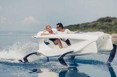 Quadrofoil es una barca eléctrica capaz de ir sobre el agua como si fueras volando para disfrutar de largas salidas en compañía. Tampoco mucha, por porque solo caben dos, así que estamos entre una barca y una moto de agua. Dejando esto claro, esta barca eléctrica utiliza una tecnología patentada con la que consigue levantar la barca sobre el agua, reduciendo así la resistencia al agua, aumentando la eficiencia y proporcionarnos la sensación de estar volando. Otro punto importante es su ...
