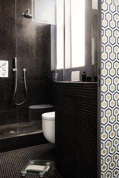 Une petite salle de bains où la baignoire est remplacée par une douche à l'italienne