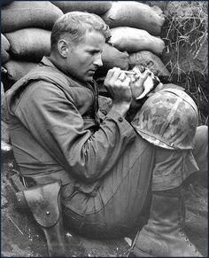 EE.UU. Marin alimenta a un gatito. 1943