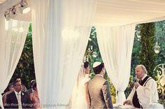 """Se você já foi a um casamento judaico deve ter se perguntado: por que essa tenda no altar? E nós vamos explicar o que é essa """"tenda"""", que se chama Chupá, e é tão significativa para os judeus. Holiday, Altar, Wedding, Israel, Shopping, Days Of Creation, Weddings, Invitations, Dress"""