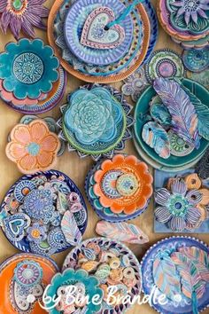 Töpfern Töpfern - Keramikschalen und getöpferte Anhänger, in Lila, Blau, Orange-Tönen glasiert. von Bine Brändle