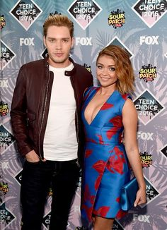 Dominic Sherwood & Sarah Hyland from Teen Choice Awards 2016 Red Carpet Arrivals Date night done right! The Modern Family star poses for photos with her special man by her side. Hollywood Couples, Celebrity Couples, Teen Choice Awards 2016, Dominic Sherwood, Sarah Hyland, Poses For Photos, Lea Michele, Red Carpet Looks, Celebs