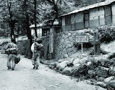 早朝、山に入る木こり。 北朝鮮の1950年代の様子をとらえた貴重なモノクロ写真【画像】
