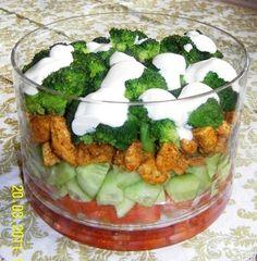 Efektowna warstwowa sałatka polana sosem czosnkowym (na zdjęciu delikatnie, żeby nie zakryć poszczególnych warstw sałatki). Właściwie wsz... Gf Recipes, Asian Recipes, Healthy Recipes, Kale Caesar Salad, South Beach Diet, I Want To Eat, Tzatziki, Clean Eating, Food And Drink