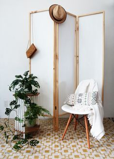 rustic room diy How to easily build a room divider - DIY biombo Room Divider Diy, Small Room Divider, Room Divider Bookcase, Fabric Room Dividers, Portable Room Dividers, Bamboo Room Divider, Living Room Divider, Hanging Room Dividers, Folding Room Dividers