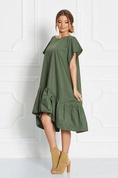Štýlové šaty univerzálnej veľkosti, voľného strihu, s volánovým ukončeným v spodnej časti. Nositeľné ako samostatný kúsok alebo k rifliam či legínam. Vhodné na každodenné nosenie.