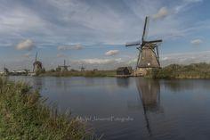 Het dorp Kinderdijk ligt in Zuid-Holland en is wereldwijd bekend vanwege de Kinderdijkse Molens. Deze 19 windmolens staan sinds 1997 op de Werelderfgoedlijst van UNESCO en vormen een belangrijke toeristische attractie in Nederland.