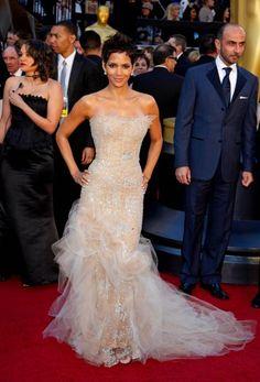 Halle Berry en la Gala de los Oscars 2011 con un precioso vestido línea sirena en color nude.