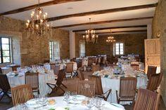 Montaje de un banquete nupcial en uno de los salones del Pazo de San Tirso, nuevo espacio para eventos de Boketé