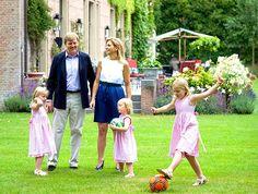 A família real da Holanda participa regularmente de sessões de fotos organizadas com a imprensa que, em contrapartida, compromete a não fotografá-la durante suas atividades privadas.