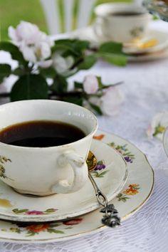 Täyttä elämää Tea Cup Set, Tea Time, Food Porn, Table Settings, Vintage Teacups, Chocolate, Cream, Mugs, Fruit