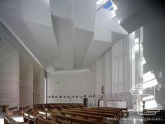 Iglesia en Roquetas de Mar (Almería) - RGRM -  Esta iglesia utiliza casi todos los elementos de la Igesia en Lahti de Alvar Aalto (1969): cubierta, entradas de luz, cruz, iluminación, reboque, bancos, ventanas, sección y planta. Me sorprende que en ninguno de sus textos se explique esta referencia.