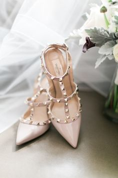 Nude Valentino pumps: http://www.stylemepretty.com/2016/05/21/one-pearl-necklace-three-generations-the-perfect-bridal-accessory/ | Photography: Sweetlife Photo - http://lovethesweetlife.com/