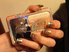 Mis uñas en 2 gamas de tonos dorados y para darle un toque más drástico unas alzadas en color café moro.....