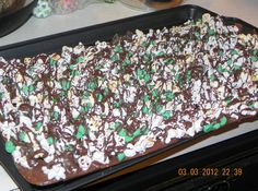 Lucky Leprechaun Popcorn Bark --- A great dessert for St. Patrick's Day and sure to tempt all the lurking Leprechauns. ♥