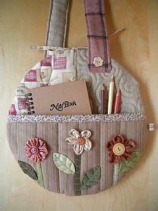 Round Flower Bag - pocket by Patchwork Pottery Patchwork Quilting, Patchwork Bags, Quilted Bag, Crazy Quilting, Quilts, Quilting Projects, Sewing Projects, Fabric Crafts, Sewing Crafts