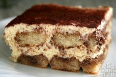 Twix én cheesecake in de vorm van een taart! Wij zijn enorm fan van heerlijk romige en frisse cheesecakes. Ook houden we enorm van Twixen, dus dit gerecht komt dan ook regelrecht uit de hemel vallen voor ons! Maak deze Twix-cheesecake maar gauw, want zo'n lekkere taart zul je nooit meer eten! Je