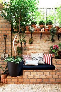 INSPIRAÇÃO PARA O CANTO VERDE | O seu mini jardim pode ficar mais confortável e charmoso. Que tal algumas almofadas para complementar a decoração? #inspiracao #decoracao #almofadas #areaexterna #SpenglerDecor#ficaadica