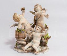 Capodimonte porcelana figura de angelitos | Antigüedades El Portal #antiguedades #Porcelana #Capodimonte Porcelain Ceramics, Portal, Garden Sculpture, Outdoor Decor, Empire Style, Porcelain Vase, Flower Vases, Antigua, Porcelain